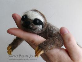 Baby sloth by FamiliarOddlings