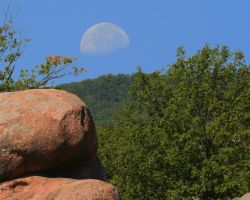moon over elephant rocks by davesbit