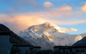 Everest sunset from Rhongbuk by hardwayjackson
