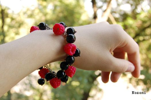 Bracelet raspberry and black currant by Nozomi21