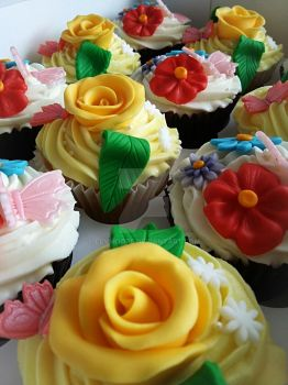 Floral cupcakes by clvmoore