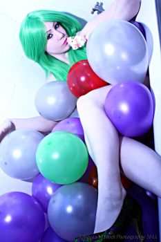 Balloon Bath - Violet White by Rebecca-Manuel