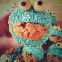 Cookie Monster Cupcakes by RainbowLoki