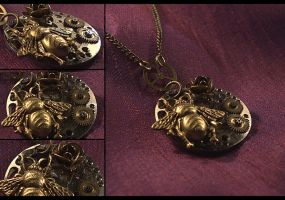 Bee and Rose Necklace by hrekkjavakaastarkort