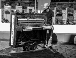 Piano Busker by daliscar
