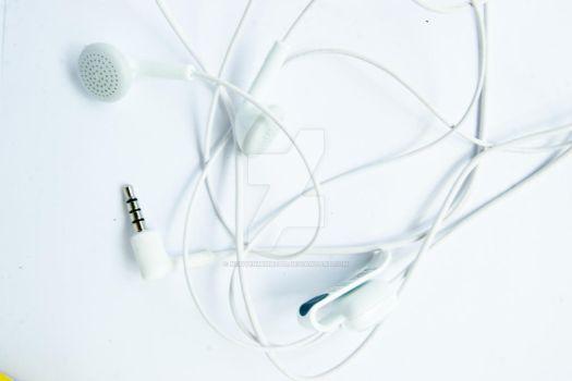White headphone by nguyenminh2301