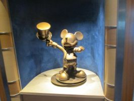 Mickey Mouse statue by renthegodofhumor