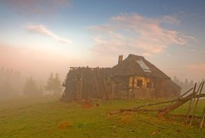 Abandoned hut by lica20