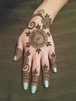 Simple-looking-round-shaped-mehndi-with-leaves by hennamk