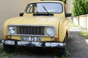 Old Renault by MikeyHramiak
