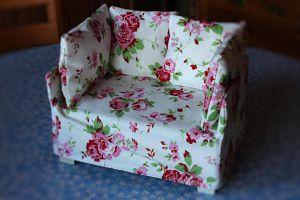 Floral couch (scale 1:4) by Seyreene