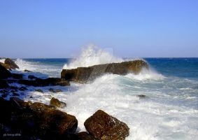Waves on the rocks by fotografAle