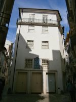 House In The Midle (coimbra) by Boias