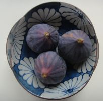 Figs In Japanese Bowl by bandsix