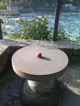 Jucy Apple on rounded table by Kumoyadori