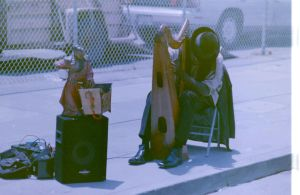 Musician playing in Santa Monica by JordiTrenzano