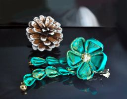 Green flower kanzashi by hanatsukuri