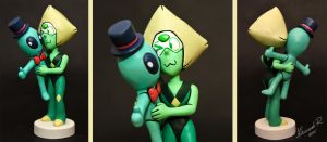 Sculpture commission: Peridot with alien plushie by Arnne