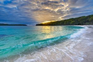 Green Wave at Murrays Beach by andyhutchinson