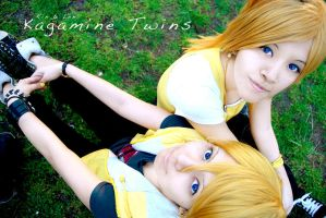Kagamine twins by Yushu-Eien