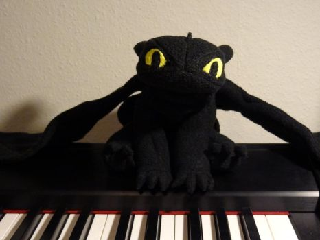 Toothless chilling on my stagepiano - Sitting pose by ProjectToothless