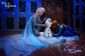 Now we build a snow man! - Frozen Cosplay by Eressea-sama