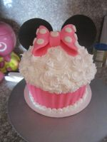 minnie mouse cupcake by panda-odono