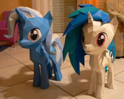 Trixie and Vinyl papercraft - magic and wubs by Znegil