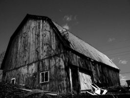 Black and White Barn by listoman