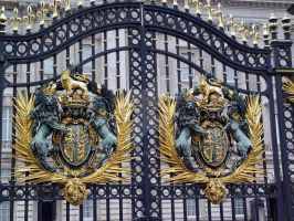 Gates of Buckingham Palace by lokifan123
