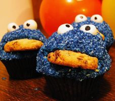 Fundraising: Cookie Monster Cupcakes by cakecrumbs
